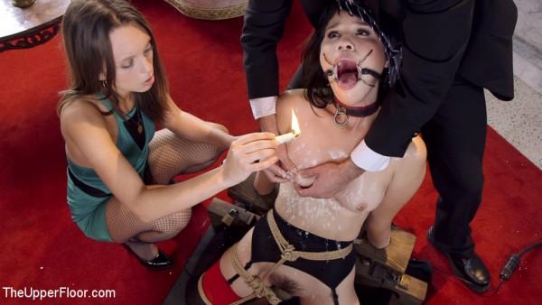 Sklavin bekommt Kerzenwachs auf die Nippel